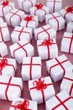 Muitos presentes de Natal com fitas vermelhas Imagens de Stock