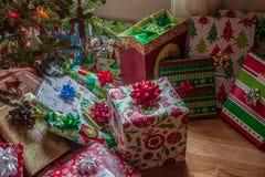 Muitos presentes envolvidos coloridos sob a árvore de Natal fotografia de stock