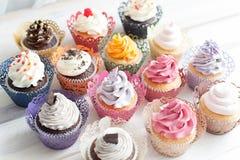Muitos queques coloridos diferentes Foto de Stock