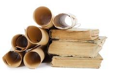 Muitos rolos antigos e livros velhos Fotos de Stock