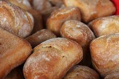 Muitos rolos de pão fresco imagens de stock royalty free