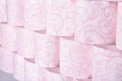 Muitos rolos de papel higiênico como o fundo imagens de stock