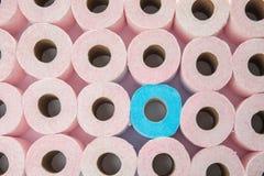 Muitos rolos de papel higiênico como o fundo foto de stock