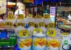 Muitos sacos do arroz em um mercado local imagem de stock