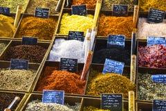 Sais e pimentas em um mercado de rua Fotografia de Stock