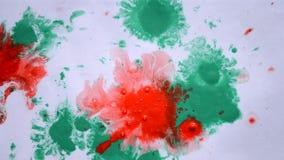 Muitos seixos pequenos cobertos com a pintura colorido encontram-se na superfície vídeos de arquivo