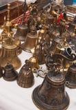 Muitos sinos pequenos na tabela da tenda imagens de stock