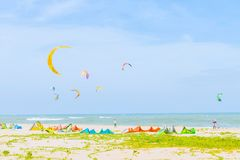 Muitos surfistas do papagaio de muitos países jogam a ressaca do papagaio no bea tailandês Imagem de Stock Royalty Free