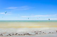 Muitos surfistas do papagaio no ar em Cumbuco Foto de Stock