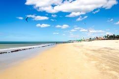 Muitos surfistas do papagaio no ar em Cumbuco Fotografia de Stock
