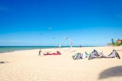 Muitos surfistas do papagaio no ar em Cumbuco Imagens de Stock Royalty Free