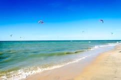 Muitos surfistas do papagaio no ar em Cumbuco Imagens de Stock