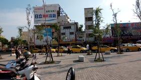 Muitos táxis, esperando a tarifa seguinte perto da saída da estação de trem foto de stock