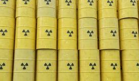 Muitos tambores empilhados com resíduos radioativos 3D rendeu a ilustração Imagem de Stock Royalty Free