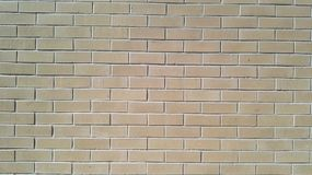 Muitos tijolos marrons mornos na parede Fotografia de Stock Royalty Free