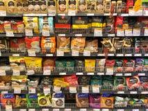 Muitos tipos de café e de suco prontos para a venda na prateleira do supermercado no mercado de Gormet Foto de Stock