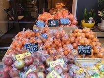 Muitos tipos de frutos prontos para a venda na prateleira no mercado Foto de Stock Royalty Free