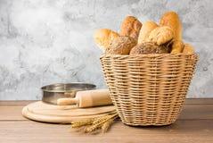 Muitos tipos de pão em cestas de vime fotos de stock royalty free