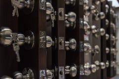 Muitos tipos de produtos do botão de porta no supermercado imagem de stock