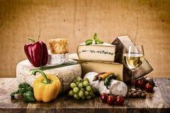 Muitos tipos de queijo francês Fotos de Stock Royalty Free