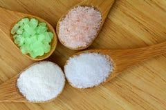 Muitos tipos de sal em uma colher de madeira Foto de Stock Royalty Free