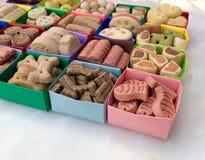 Muitos tipos diferentes de alimento para cães seco em umas caixas coloridas Imagem de Stock Royalty Free