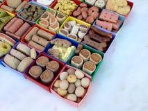 Muitos tipos diferentes de alimento para cães seco em umas caixas coloridas Foto de Stock Royalty Free