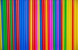 Muitos tubos coloridos para uma c?pia do cocktail Material pl?stico, tubula??o pl?stica para o l?quido bebendo Fundo imagem de stock