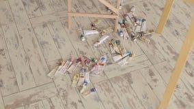 Muitos tubos multi-coloridos com pintura de óleo para tirar em uma superfície de madeira video estoque
