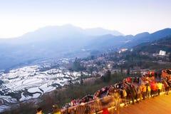 Muitos turistas com as câmeras que esperam o nascer do sol na opinião dos terraços do arroz, terraços do arroz de Yuanyang, China imagem de stock royalty free