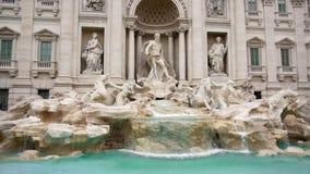 Muitos turistas perto da fonte di Trevi em Roma, Itália Movimento lento vídeos de arquivo