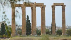 Muitos turistas vão sightseeing em torno das ruínas da construção antiga, férias de verão filme