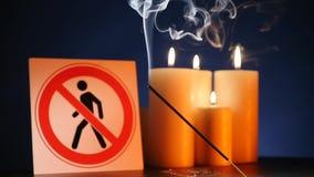 Muitos velas claras de queimadura da cera com ondulação da chama amarela com o ` do sinal para a entrada dos povos são ` proibido video estoque