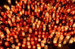 Muitos velas de queimadura no cemitério Fotos de Stock Royalty Free