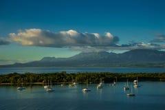 Muitos veleiros em uma água calma com montanha e nuvens no fundo no Guadalupe fotos de stock