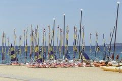 Muitos veleiros na praia em uns termas espanhóis pequenos de Palamos da cidade Imagem de Stock
