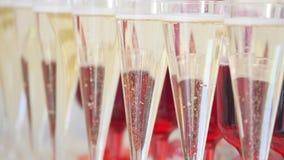 Muitos vidros do champanhe na tabela fotos de stock