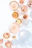 Muitos vidros do vinho cor-de-rosa na degustação de vinhos Conceito do vinho cor-de-rosa Imagem de Stock Royalty Free