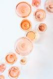 Muitos vidros do vinho cor-de-rosa na degustação de vinhos Conceito do vinho cor-de-rosa Fotos de Stock Royalty Free