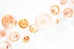 Muitos vidros do vinho cor-de-rosa na degustação de vinhos Conceito do vinho cor-de-rosa Foto de Stock Royalty Free