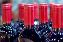 Muitos vinhos com fundo do borrão Imagem de Stock Royalty Free