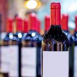 Muitos vinhos com fundo do borrão Foto de Stock Royalty Free