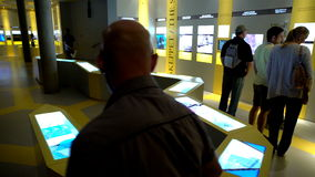 Muitos visitantes no museu marítimo dos vasos em Éstocolmo Tiro da zorra vídeos de arquivo