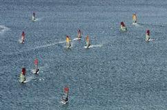 Muitos windsurfers nas ondas efervescentes Imagem de Stock Royalty Free