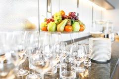 Muitos wineglasses Café da manhã no restaurante do hotel Placa com frutos e bagas em um smorgasbord no fundo Barra imagem de stock
