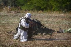 Mujahid se repose avec un revolver en ses mains photographie stock