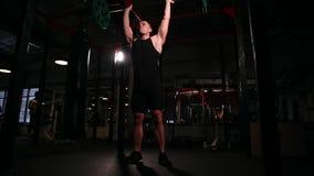 Mujdchin squats och väljer upp stången ovanför hans huvud komplex övning arkivfilmer