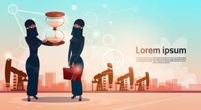 Mujer árabe con el aceite Rig Crane Platform Wealth Concept de Pumpjack del dinero del reloj de la arena Fotografía de archivo libre de regalías