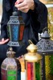 Mujer árabe de Emarati que sostiene la linterna del Ramadán Imagen de archivo