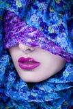 Mujer árabe de la moda en hijab Foto de archivo libre de regalías